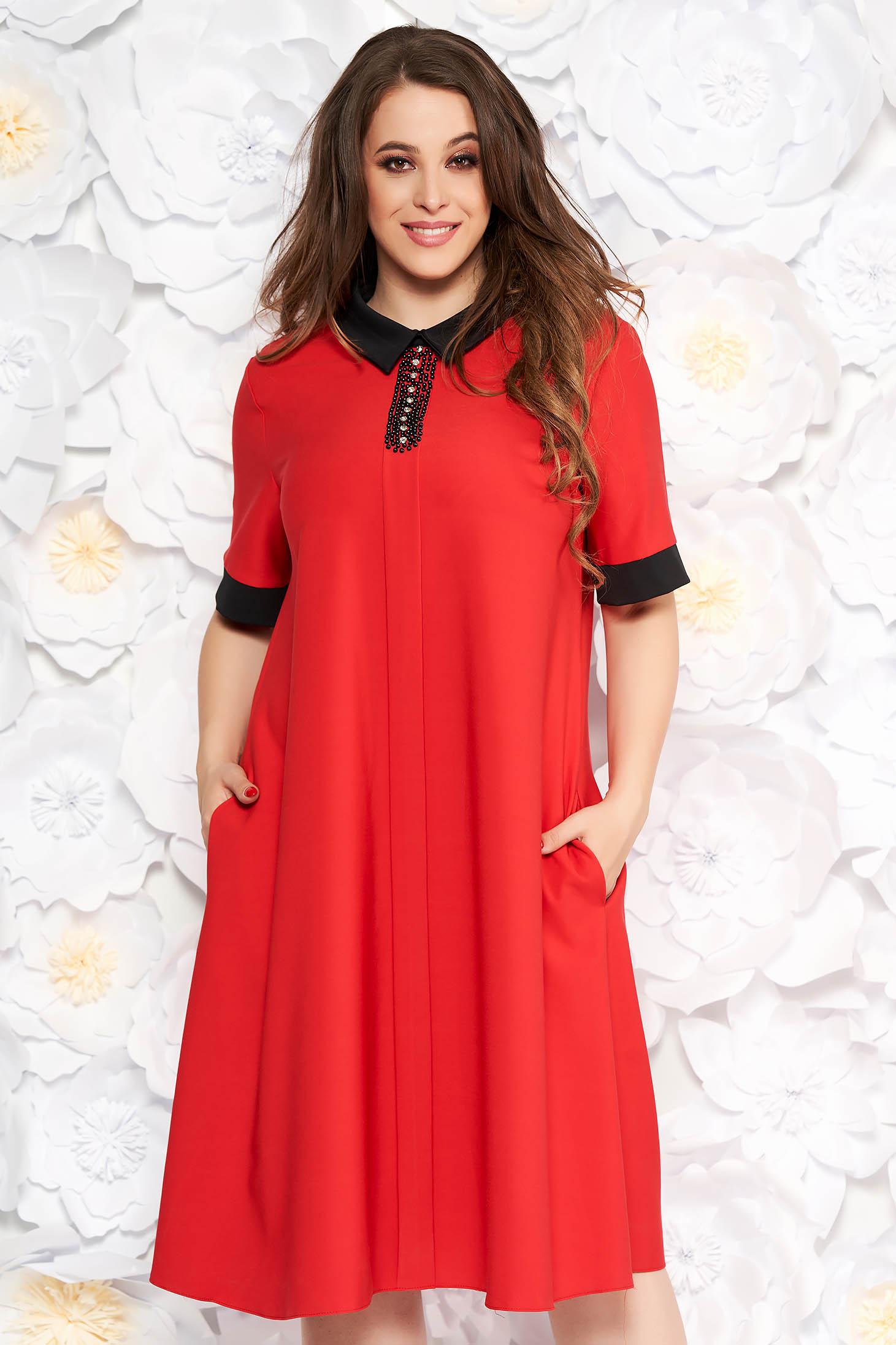 Piros elegáns midi bő szabású ruha finom tapintású anyag zsebes gyöngyös díszítés