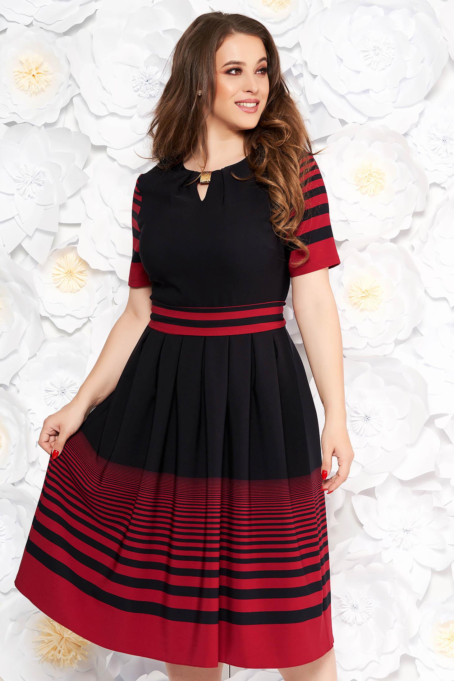 Rochie neagra de zi midi in clos din material subtire elastic accesorizata cu cordon