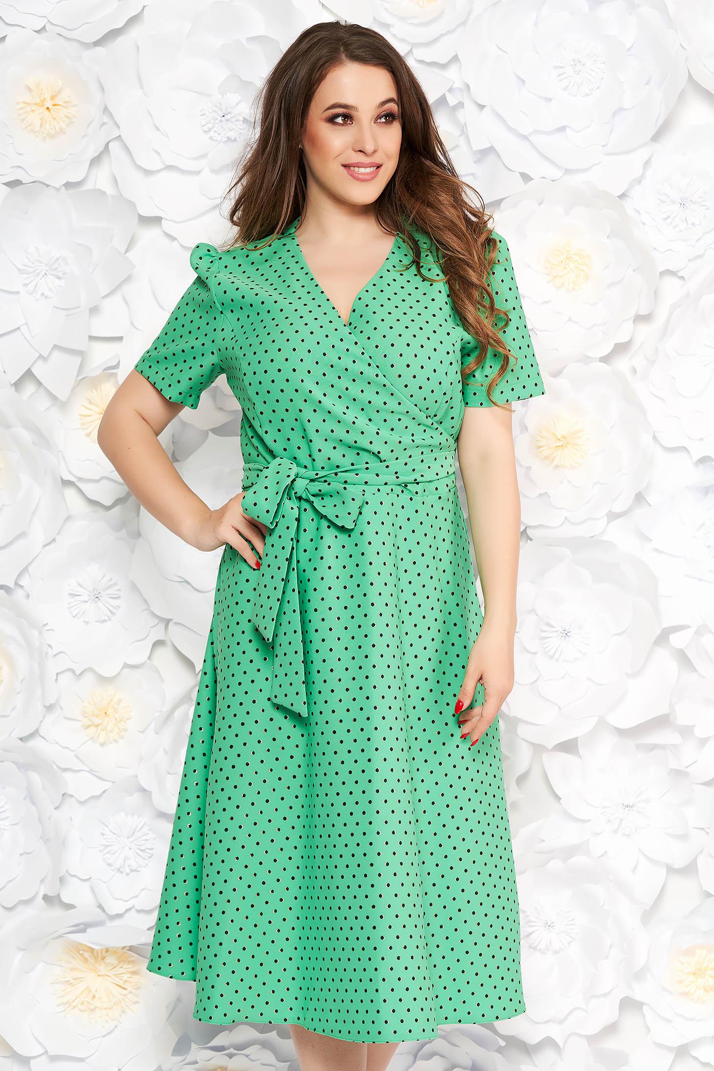 Rochie verde-deschis eleganta in clos din stofa subtire usor elastica cu buline accesorizata cu cordon
