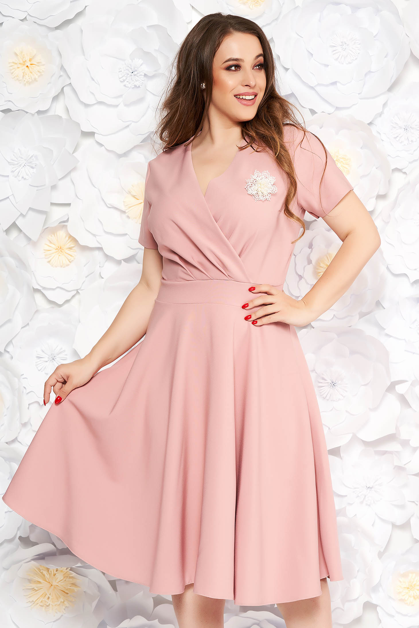 Rózsaszínű elegáns harang ruha vékony, rugalmas szövet bross kiegészítővel