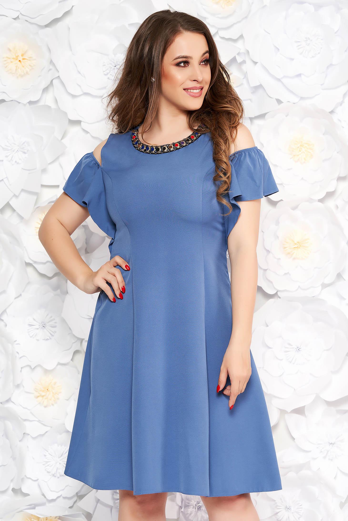 Rochie albastra-deschis de zi in clos din material fin la atingere cu aplicatii metalice si umeri decupati