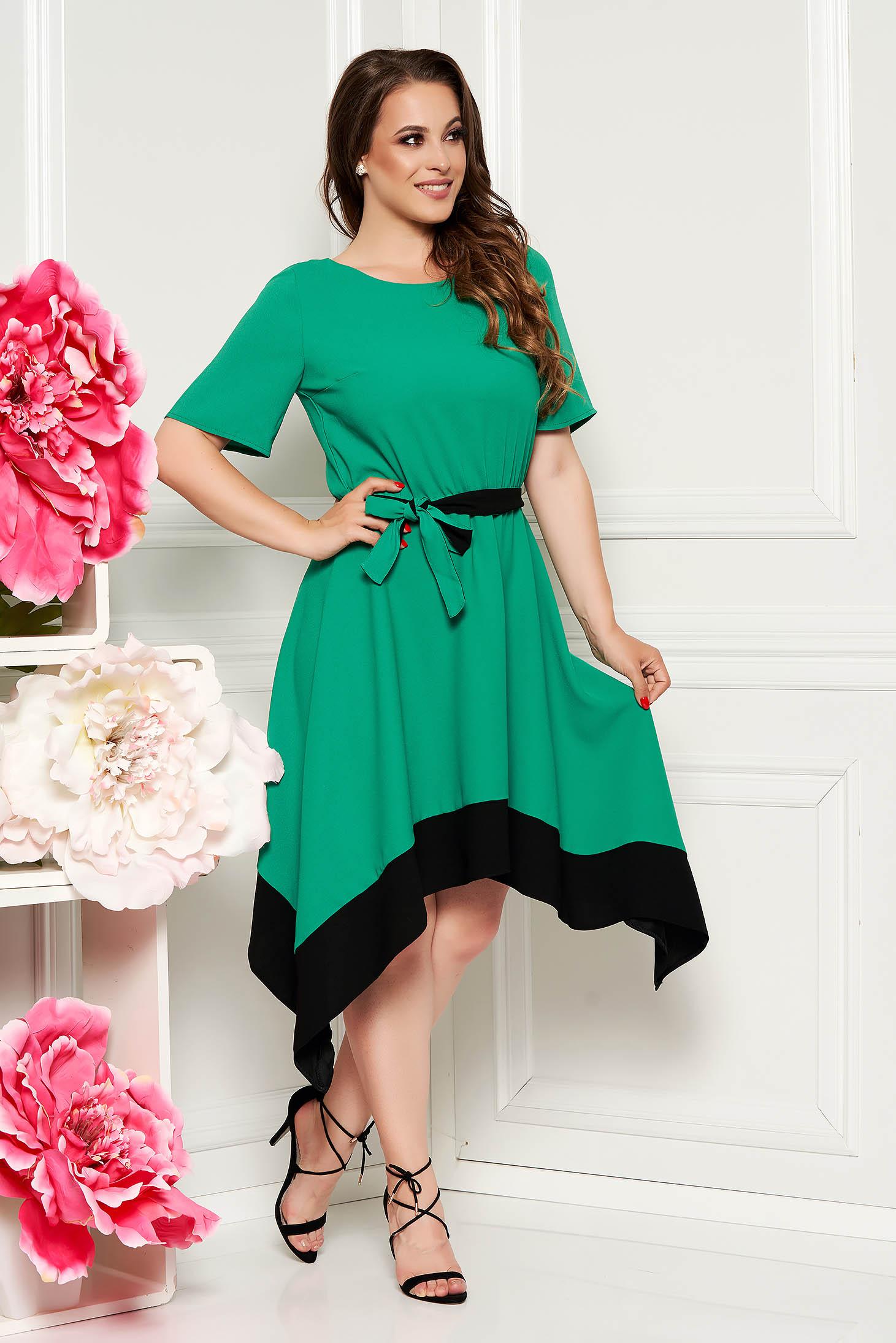 Rochie verde asimetrica in clos cu maneca scurta cu elastic in talie accesorizata cu cordon